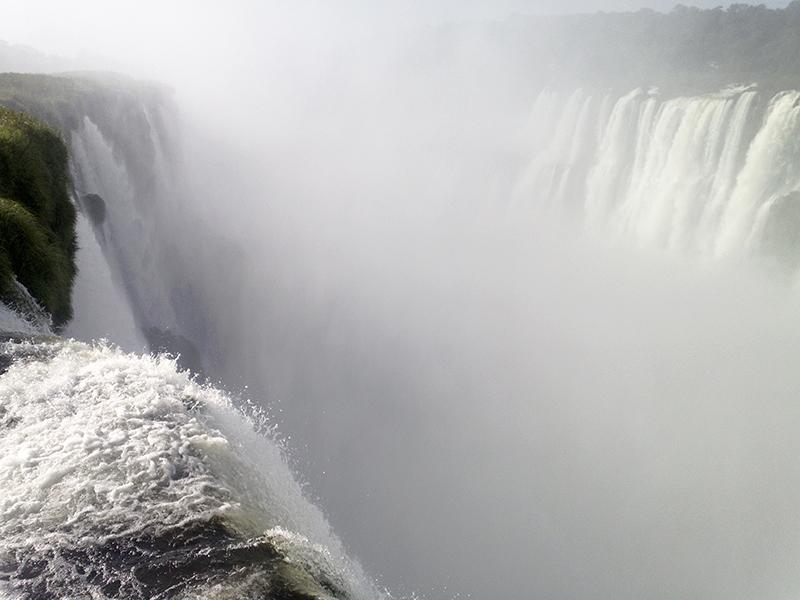 Iguazu falls garganta del diablo vapor power