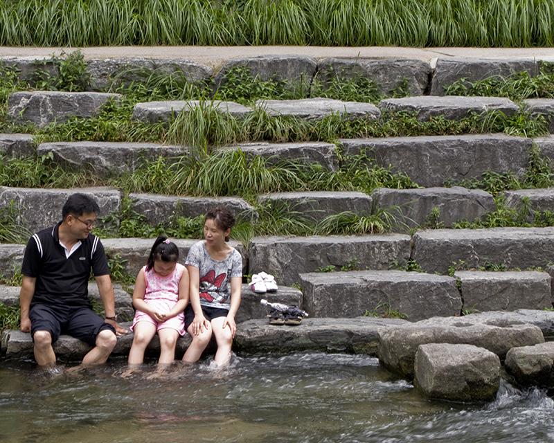IMG_South Korea Seoul Cheonggyecheon family
