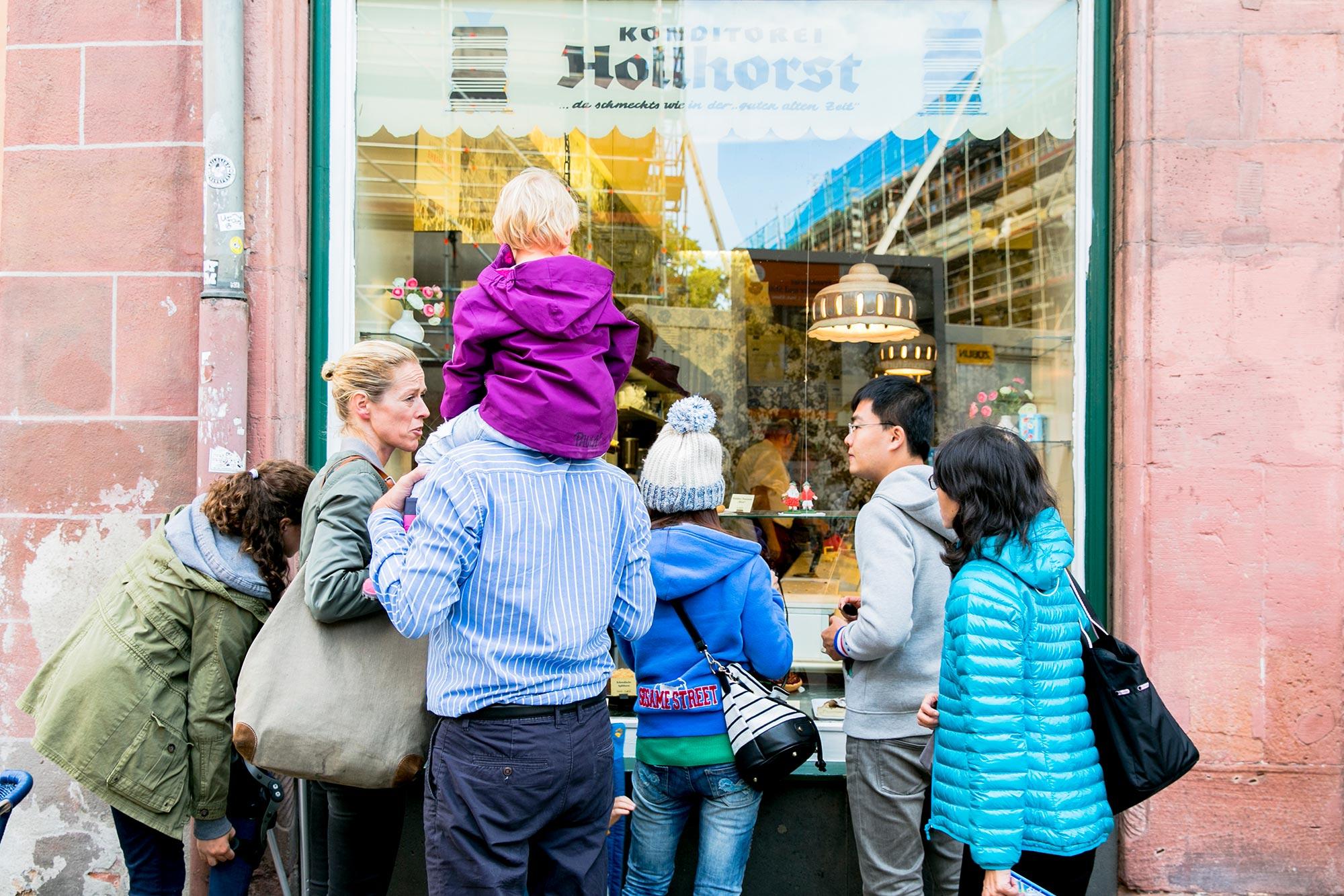 people looking inside hollhortst bakery frankfurt