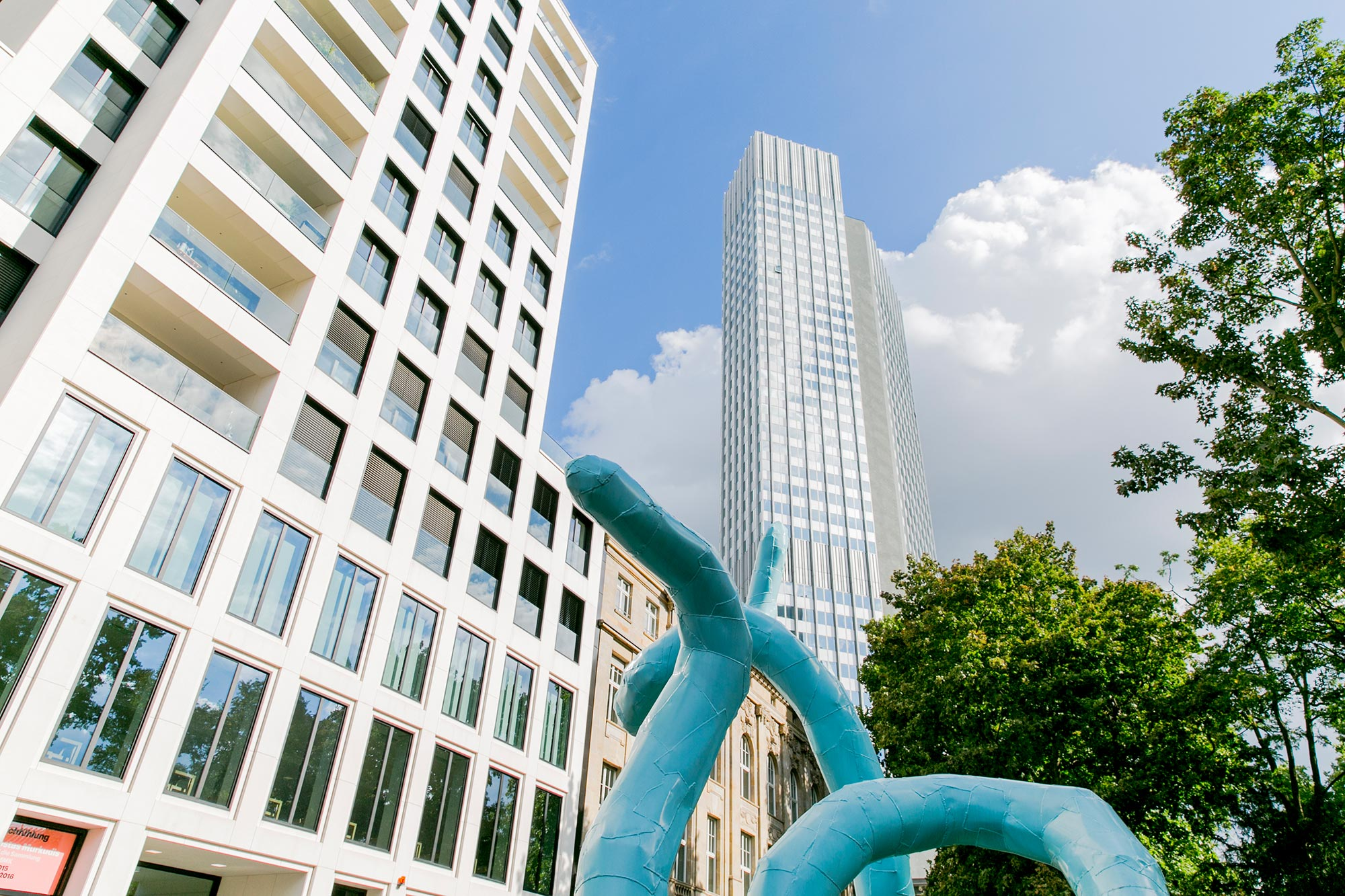 mainhattan skyscraper statue frankfurt