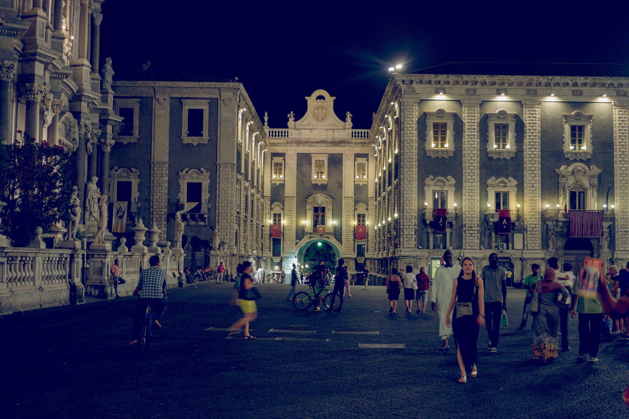 italy-sicilia-catania-piazza-duomo-night
