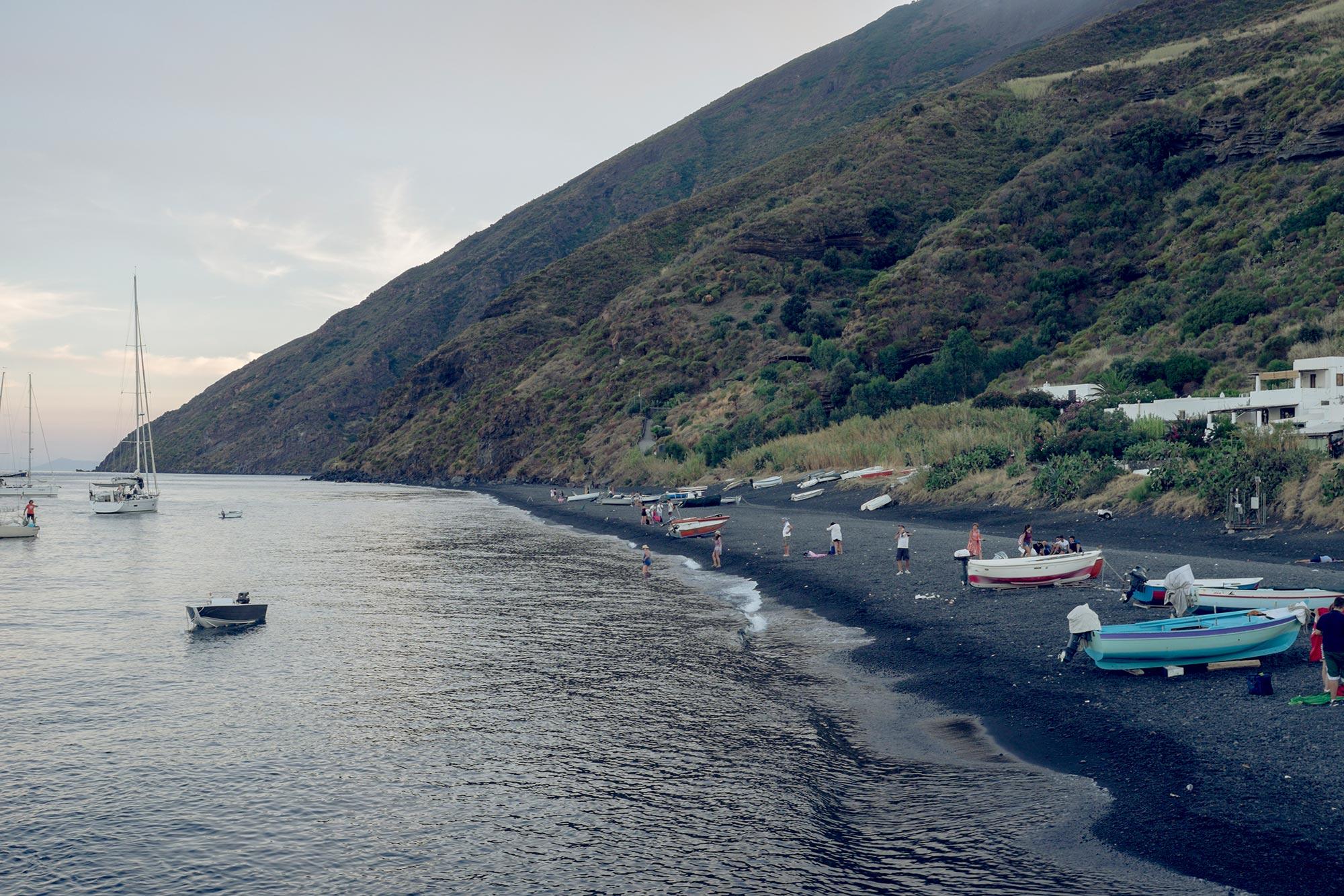 italy-sicilia-eolie-stromboli-italy-sicilia-eolie-stromboli-black-beach-boats1
