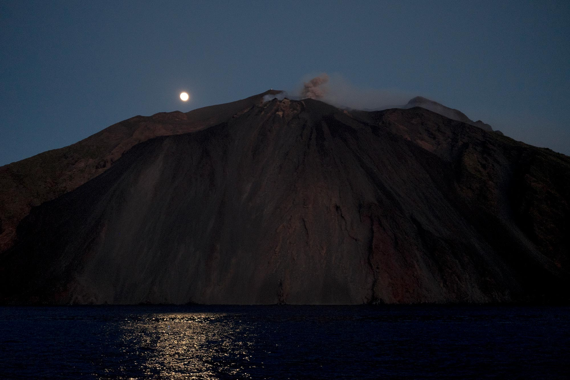 italy-sicilia-eolie-stromboli-italy-sicilia-eolie-stromboli-volcano-eruption-moon