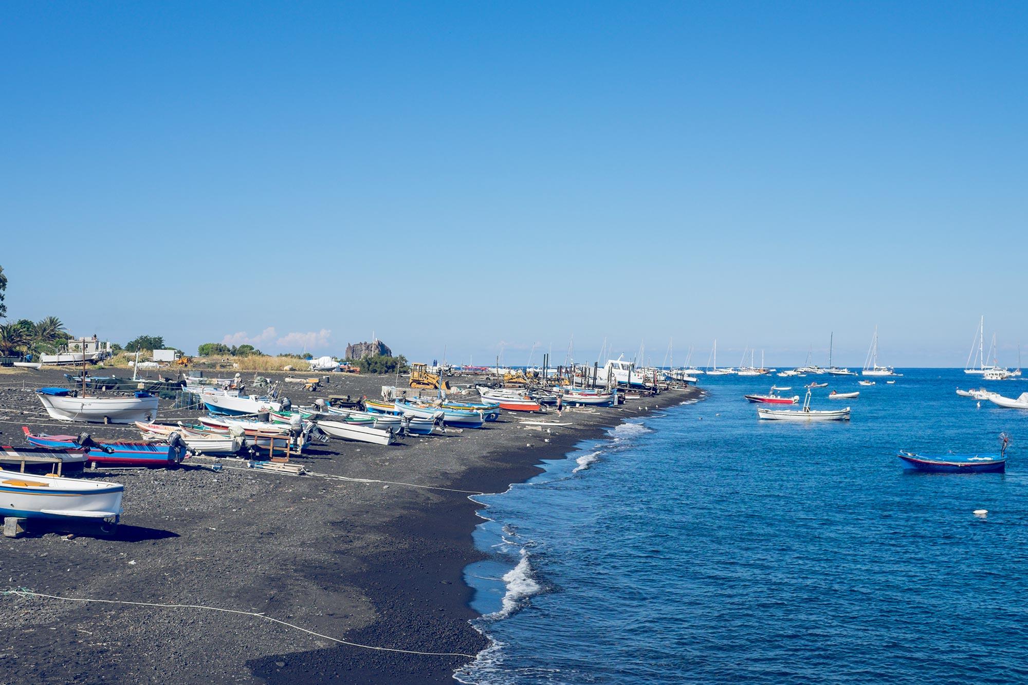 italy-sicilia-eolie-stromboli-black-beach