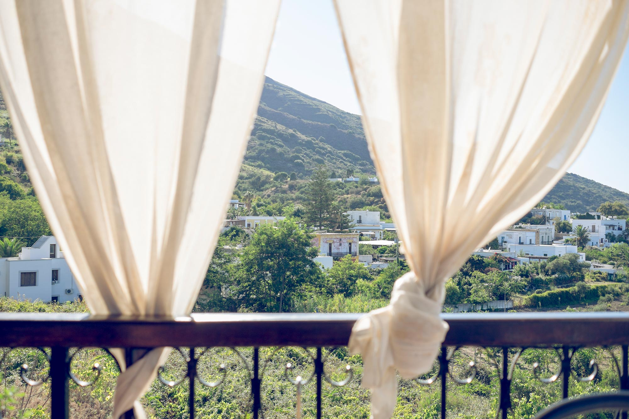italy-sicilia-eolie-stromboli-terrace-curtains