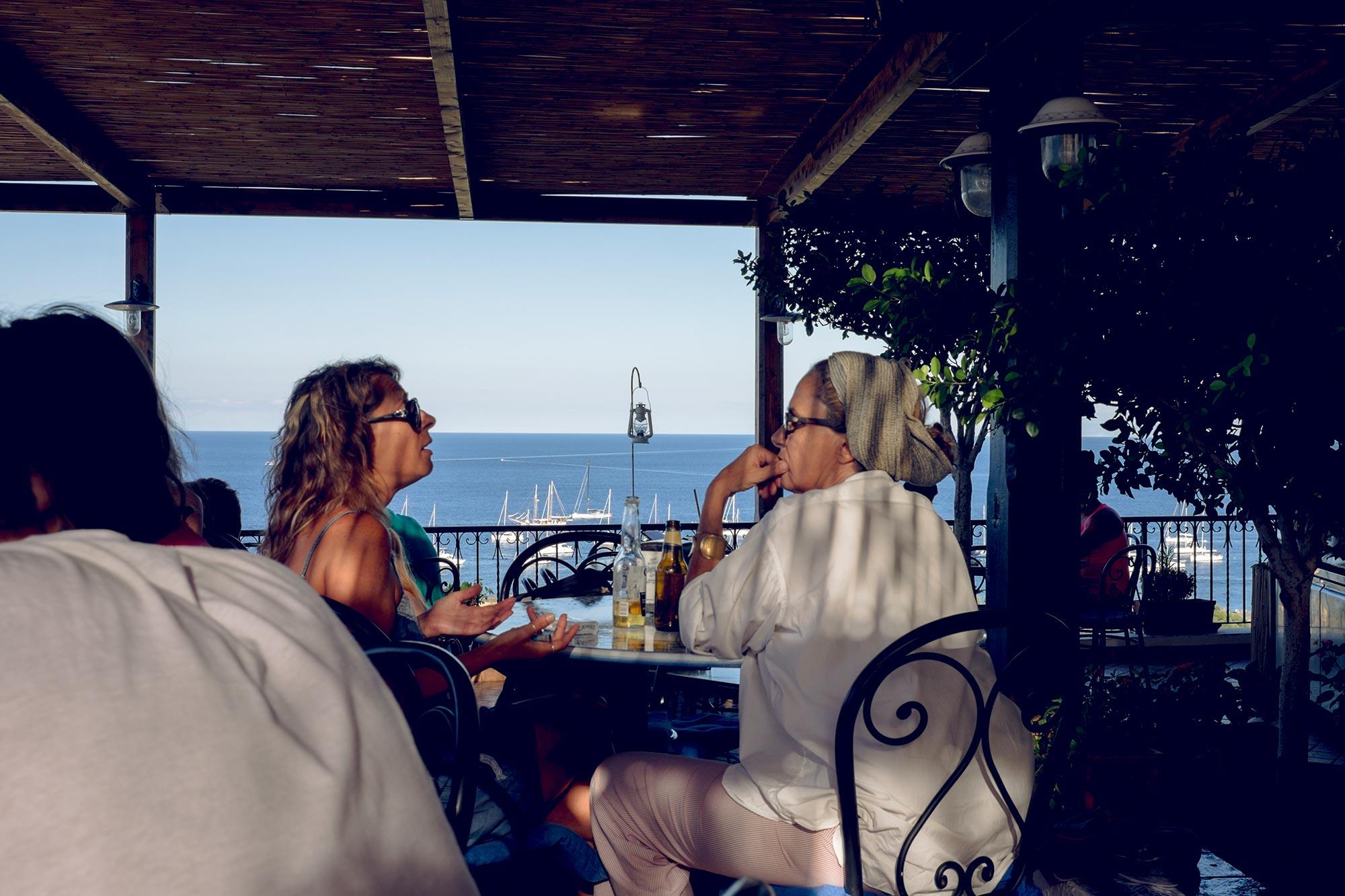 italy-sicilia-eolie-stromboli-terrace-people