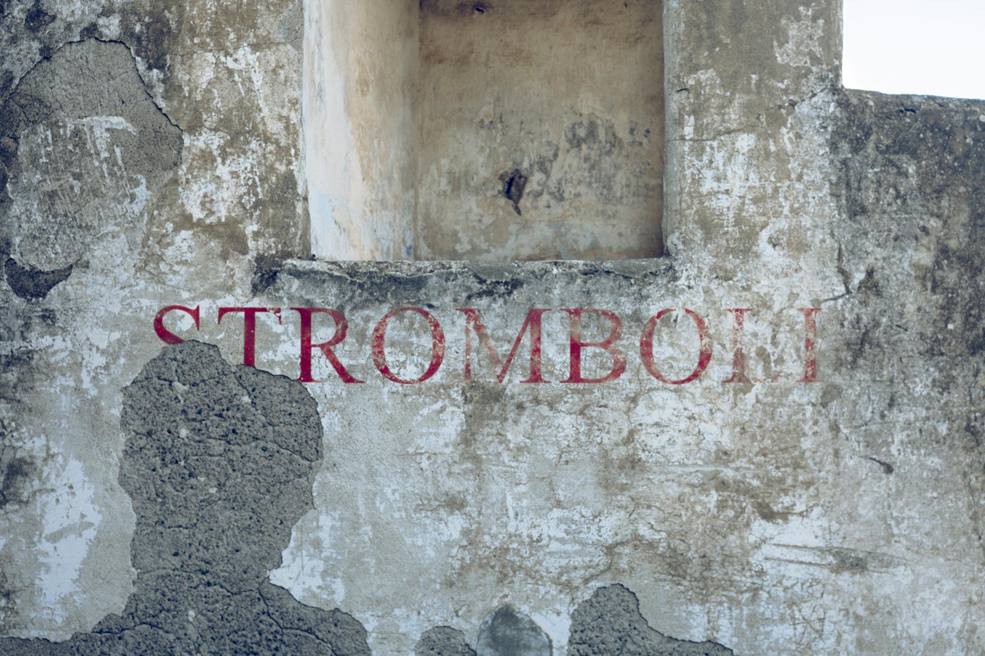 italy-sicilia-eolie-stromboli-wall